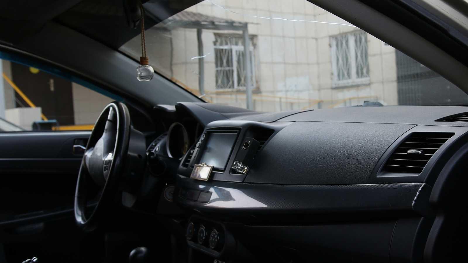 ilustrasi bersihkan kabin mobil baru